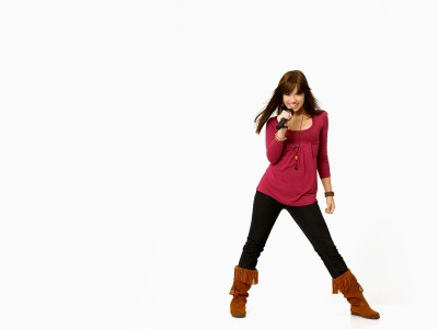 Pinky,top black pants singing karaoke