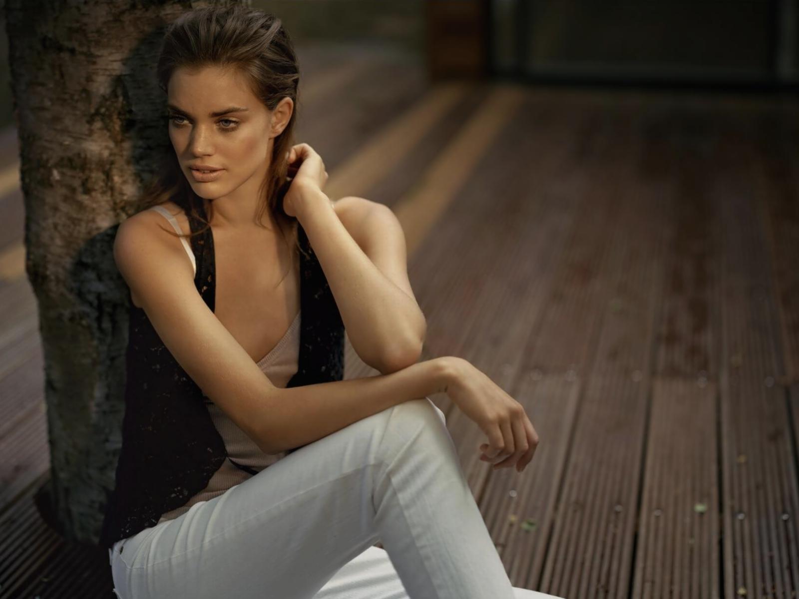 White,top Faded Blue Jeans Black Waistcoat